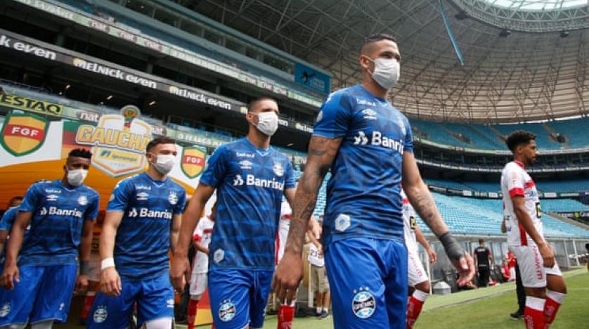 football players with masks during coronavirus