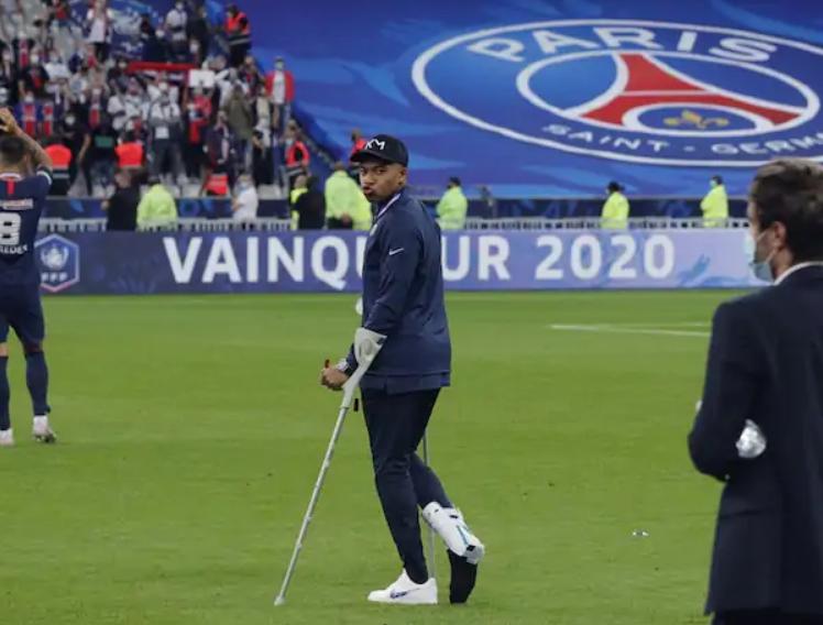 kylian-mbappe-crutches