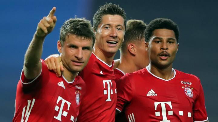 bayern munich players celebrate after 3-0 win against lyon